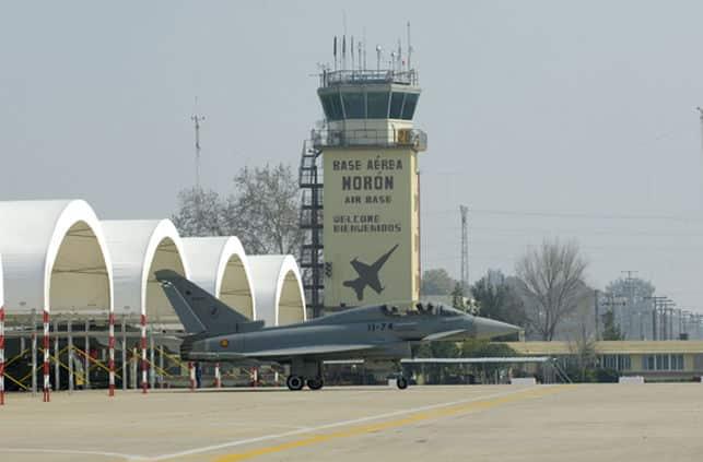 avion-despegar-torre-control-fondo_EDIIMA20150601_0832_17